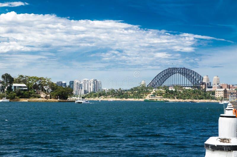 Взгляд моста гавани Сиднея в пасмурном дне от парка Pyrmont, Австралии стоковые фотографии rf