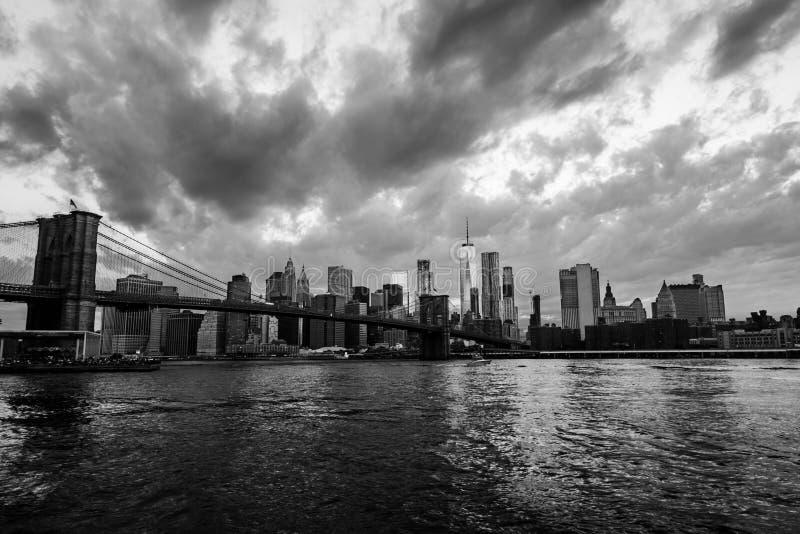 Взгляд моста Манхаттана и Манхаттана в Нью-Йорке, США на заходе солнца черная белизна стоковые фотографии rf
