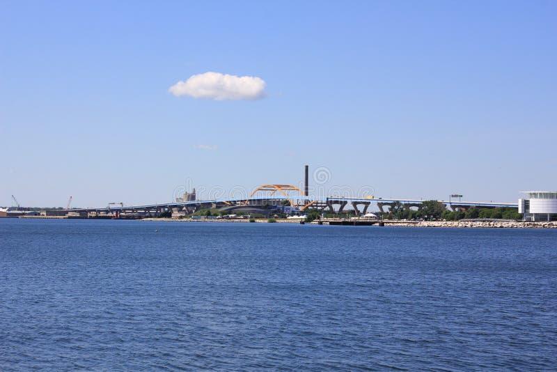 Взгляд моста Milwaukee около Lake Michigan стоковые фотографии rf