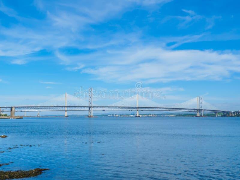 Взгляд мостов скрещивания Queensferry над лиманом вперед, Эдинбург, Шотландия стоковое фото