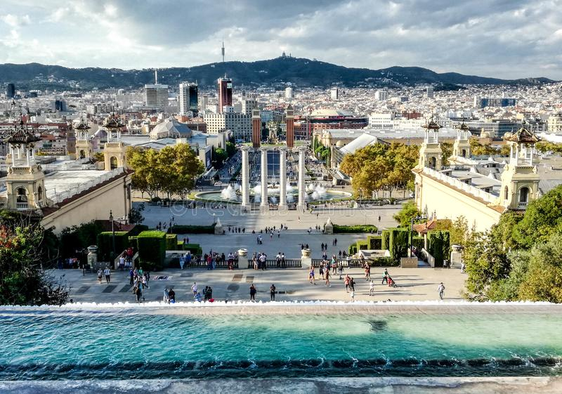 Взгляд над Барселоной от входа национального музея изобразительных искусств Каталонии MNAC Каталония, Испания стоковая фотография