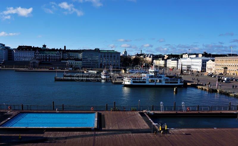 Взгляд над бассейнами к рыночной площади Хельсинки стоковые фотографии rf