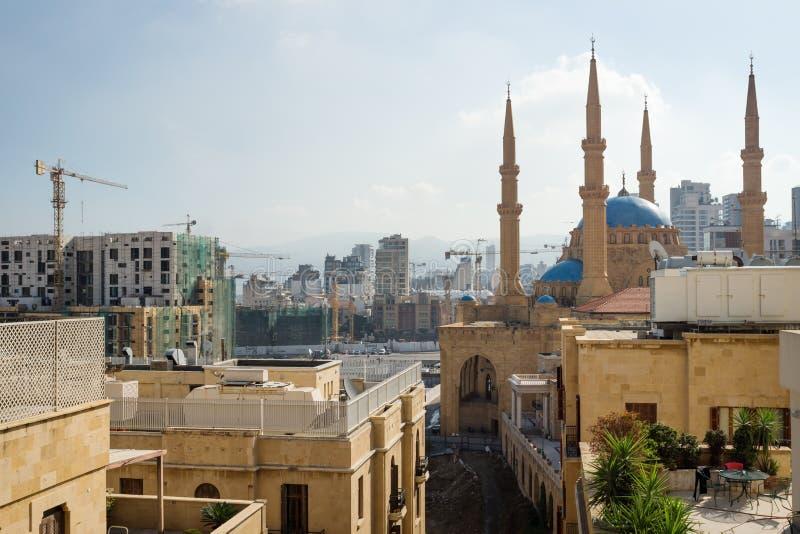 Взгляд над Бейрутом с мечетью Mohammad Al-Amin, кранами и зонами contruction, Ливаном стоковые фотографии rf