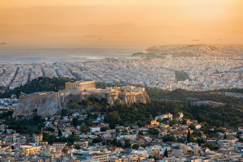 Взгляд над городом Афин, Греции, с холмом акрополя и виском Парфенона стоковое фото rf