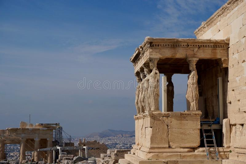 Взгляд над кариатидами в Афинах стоковое изображение