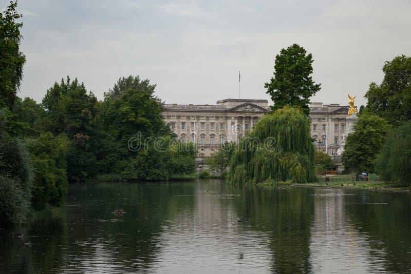 Взгляд над озером парк ` s St James к Букингемскому дворцу в Лондоне, Англии стоковые фотографии rf