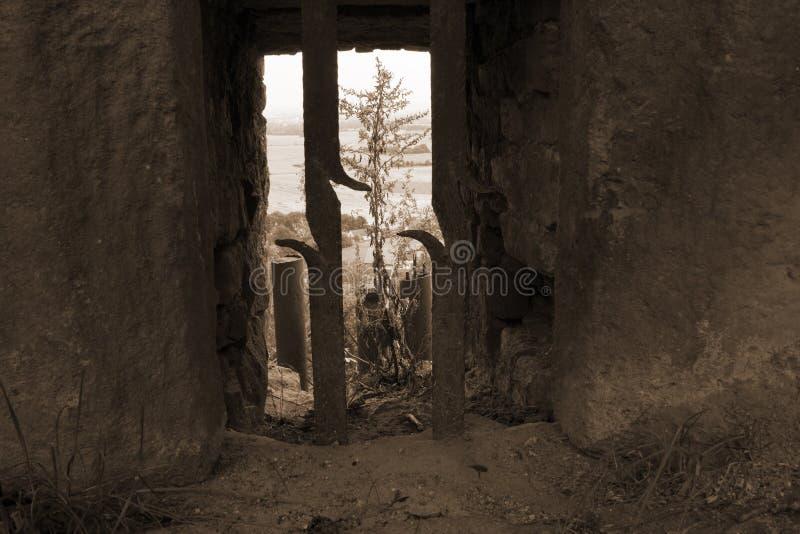 Взгляд над окном с решетками в цвете sepia стоковые фото