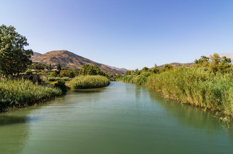 Взгляд над рекой Platis Potamos, Agia Galini, южным Критом, Грецией стоковые фото