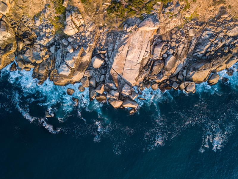 Взгляд над скалистым пляжем, накидкой Кейптауна западной стоковые фото