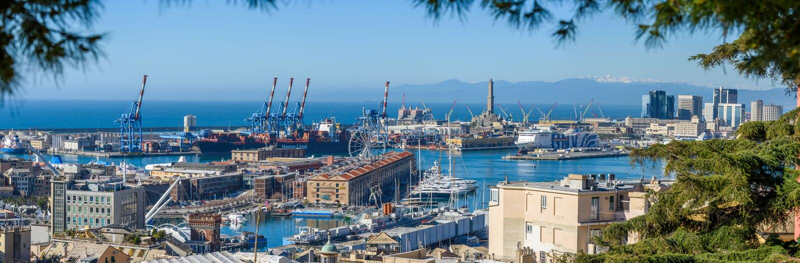 Взгляд над старым городком Генуи стоковая фотография rf