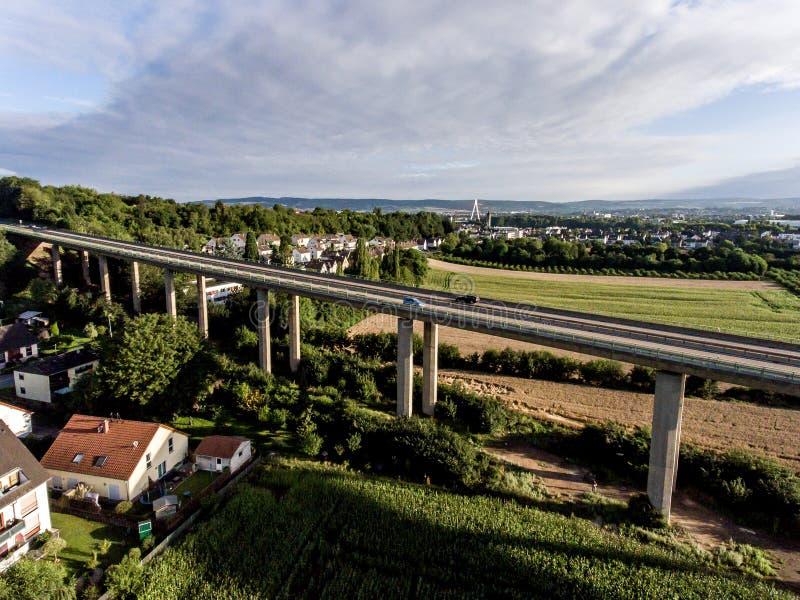 Взгляд над шоссе моста в Германии Кобленце Andernach на солнечный день стоковое изображение