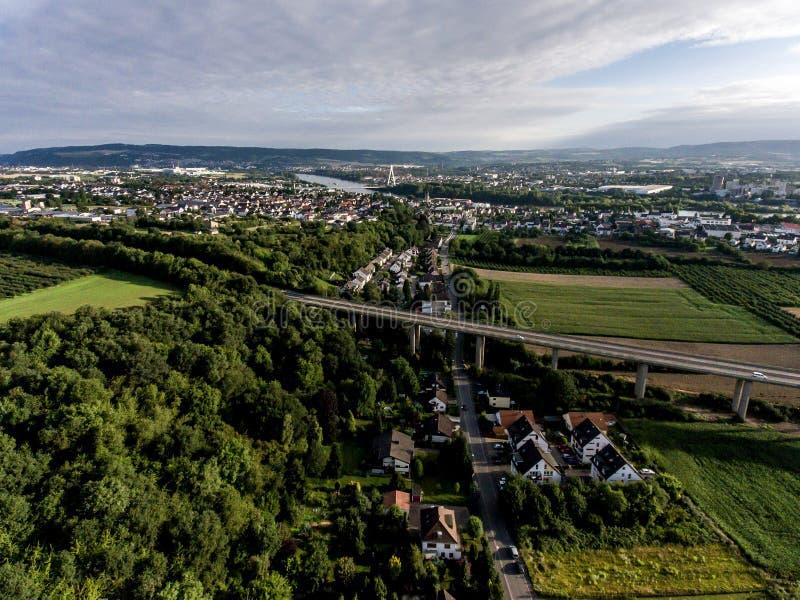 Взгляд над шоссе моста в Германии Кобленце Andernach на солнечный день стоковое изображение rf