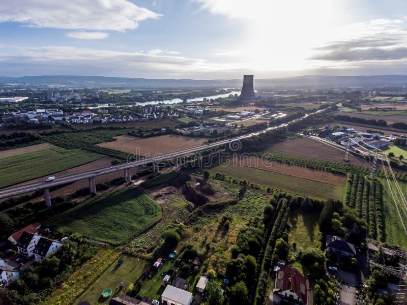 Взгляд над шоссе моста к атомной электростанции в Германии Кобленце Andernach на солнечный день стоковые фотографии rf