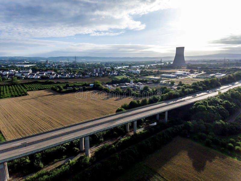Взгляд над шоссе моста к атомной электростанции в Германии Кобленце Andernach на солнечный день стоковое фото rf
