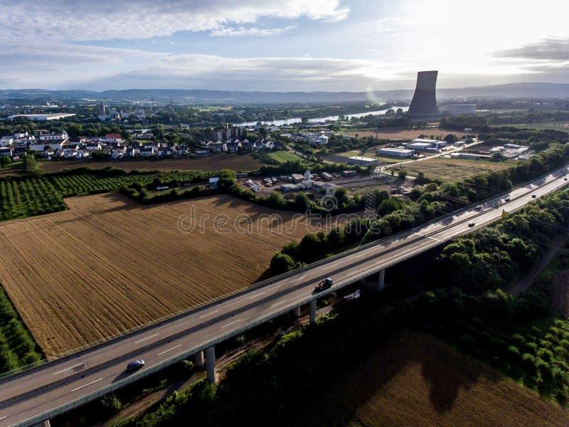 Взгляд над шоссе моста к атомной электростанции в Германии Кобленце Andernach на солнечный день стоковое изображение