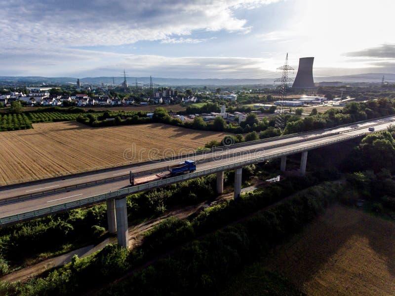 Взгляд над шоссе моста к атомной электростанции в Германии Кобленце Andernach на солнечный день стоковая фотография