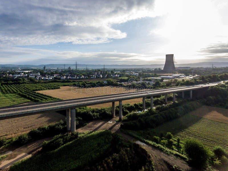 Взгляд над шоссе моста к атомной электростанции в Германии Кобленце Andernach на солнечный день стоковые изображения rf