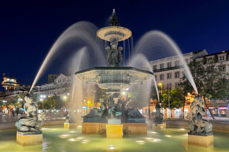 Взгляд над Praca de D Педро IV или Rossio с бронзовым фонтаном, статуей Педро IV и национальным театром, Лиссабоном, Португалией стоковая фотография rf