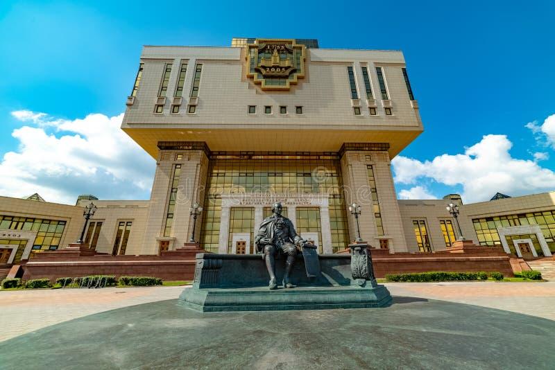 Взгляд научной библиотеки государственного университета Lomonosov Москвы Памятник Mikhail Lomonosov стоковые изображения rf