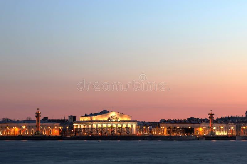 Взгляд на вертеле острова Vasilievsky в Санкт-Петербурге стоковые фотографии rf