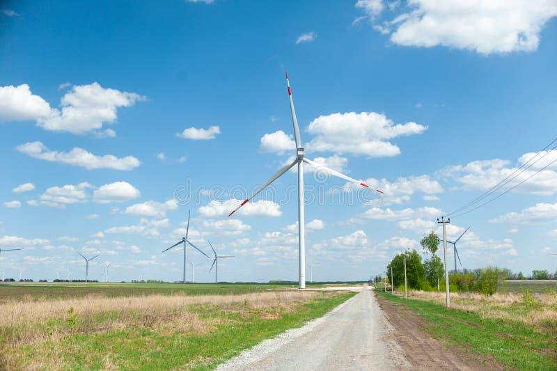 Взгляд на ветрянках альтернативной энергии в windpark в Ulyanovsk перед голубым небом стоковое фото rf