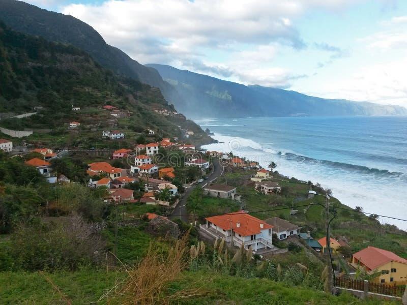 Взгляд на волнах моря, cllifs, дороге зеленых холмов и деревне в m стоковая фотография
