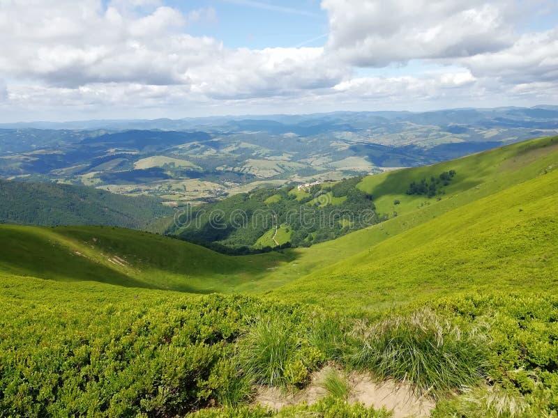 Взгляд на горах в Украине carpathians : Путешествовать стоковые изображения rf