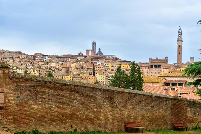 Взгляд на городе Сиены от dei Servi Мария базилики Италия стоковая фотография