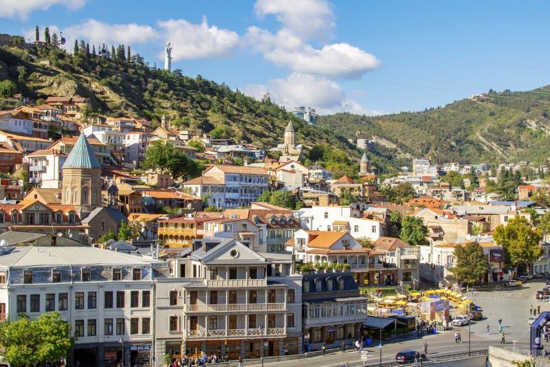 Взгляд на городке Тбилиси старых, квадрате Maidan и матери статуи Грузии поверх холма стоковые фотографии rf