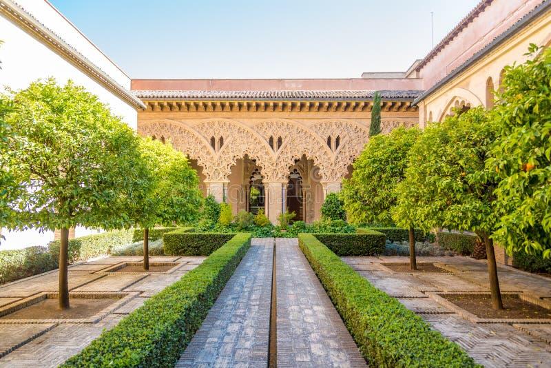Взгляд на дворе Santa Isabel во дворце Aljafería - Сарагосе, Испании стоковое фото rf