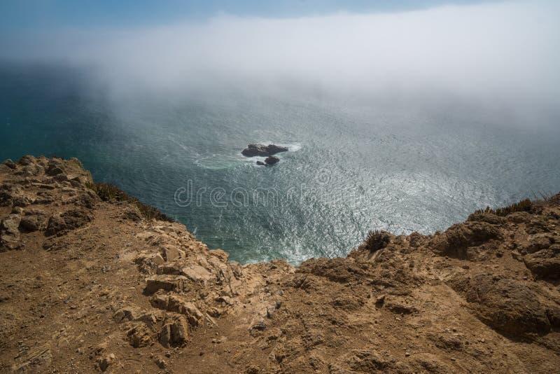 Взгляд на день океана пасмурный солнечный на cabo de roca стоковые изображения rf