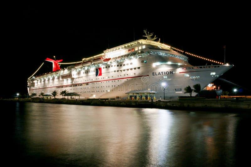 Взгляд на загоренном белом туристическом судне масленицы вечером стоковое изображение rf