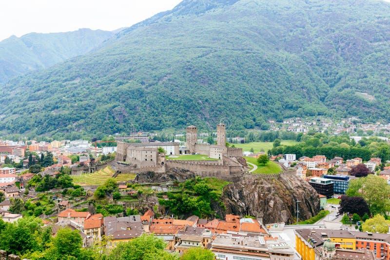 Взгляд на замке Bellinzona в кантоне Тичино расположенном в оно стоковое изображение
