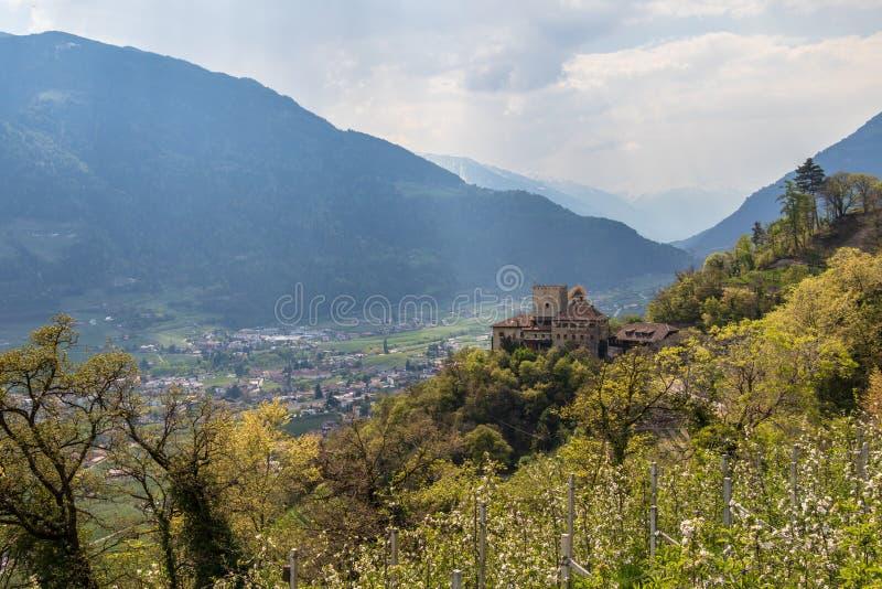 Взгляд на замке Thurnstein внутри долины и Альп ландшафта Meran Деревня Tirol, провинция Больцано, южный Тироль, Италия стоковые фото