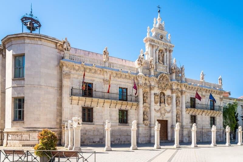 Взгляд на здании университета в улицах Вальядолида в Испании стоковое фото rf