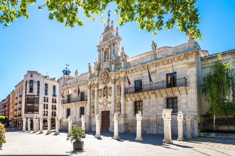 Взгляд на здании университета в улицах Вальядолида в Испании стоковое фото
