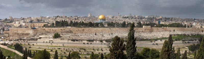 Взгляд на Иерусалиме с куполом утеса от Mount of Olives Израиль стоковые изображения rf