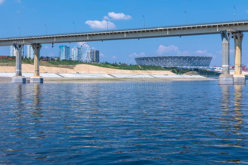 Взгляд на известных танцуя мосте и стадионе арены Волгограда в Волгограде от воды Рекы Волга в ясном солнечном дне стоковые изображения rf