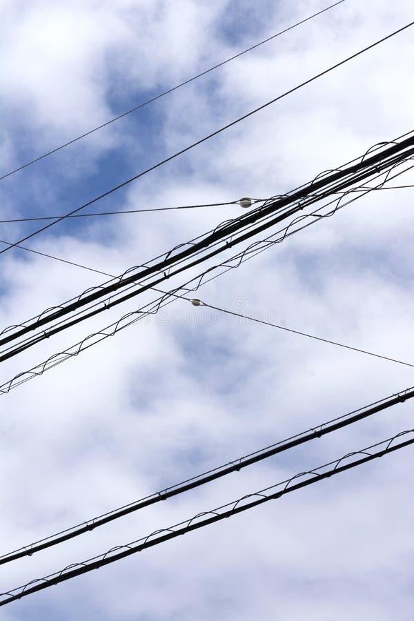 Взгляд на кабелях электричества высоко вверх в небе в окружающей среде города стоковая фотография rf