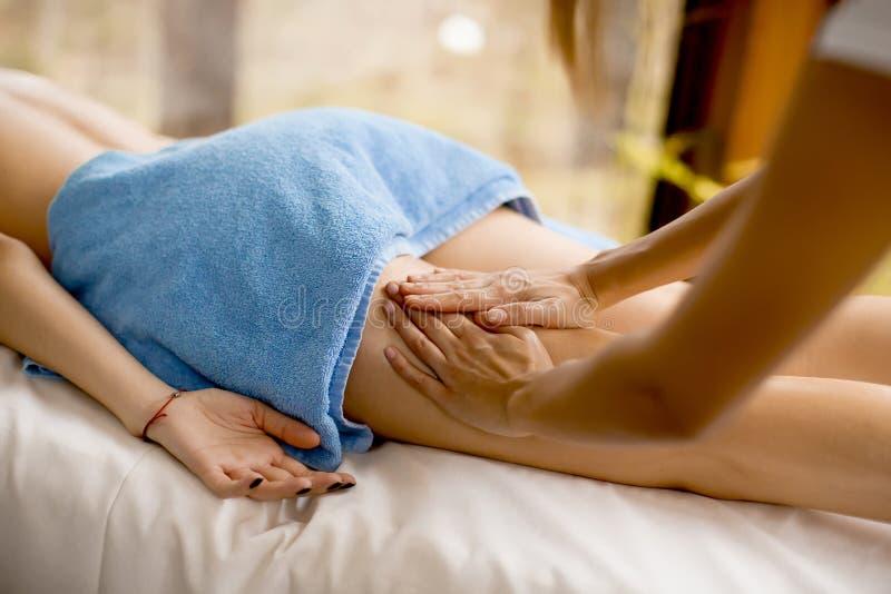 Взгляд на красивой белокурой женщине наслаждаясь массажем на здоровье s стоковые изображения