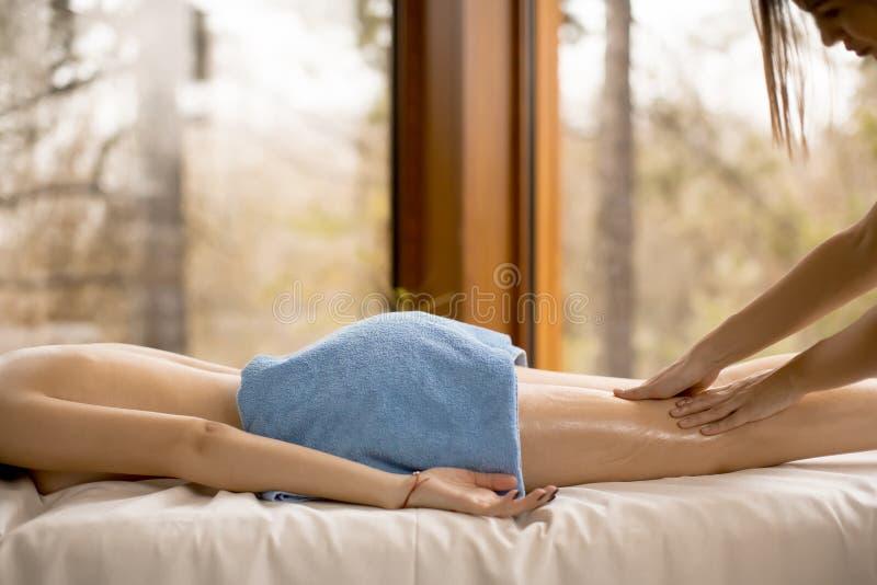 Взгляд на красивой белокурой женщине наслаждаясь массажем на здоровье s стоковое фото