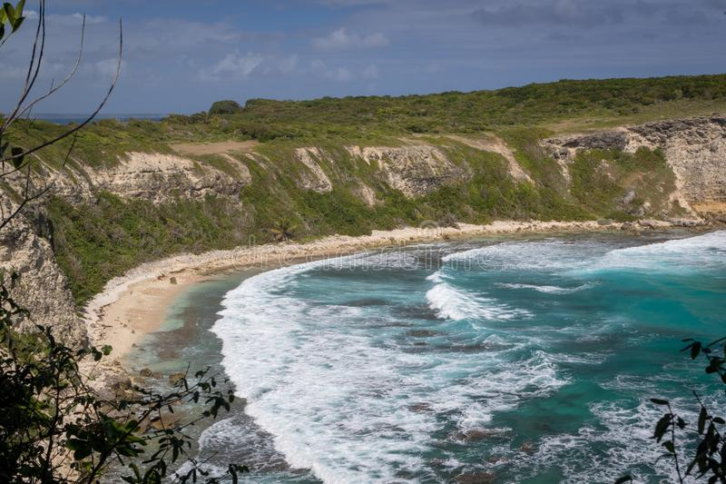 Взгляд на красивом заливе с большими волнами в ` Enfer du Moule Пляже Гваделупы - Plage de Ла Porte d на стробе к аду городком Mo стоковое изображение