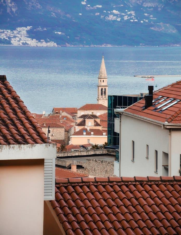 Взгляд на красных крыть черепицей черепицей крышах городка Budva расположенных в Черногории стоковое фото rf