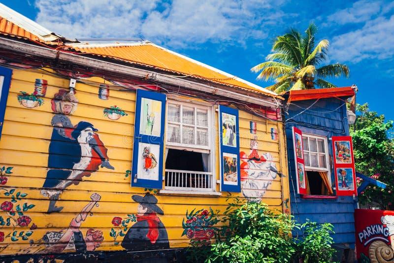 Взгляд на красочном деревянном доме с уникальными картинами стоковые фото