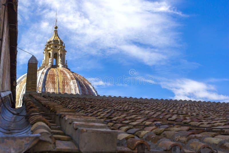 Взгляд на куполе базилики ` s St Peter и крыть черепицей черепицей крыши в государстве Ватикан, Риме, Италии стоковая фотография rf