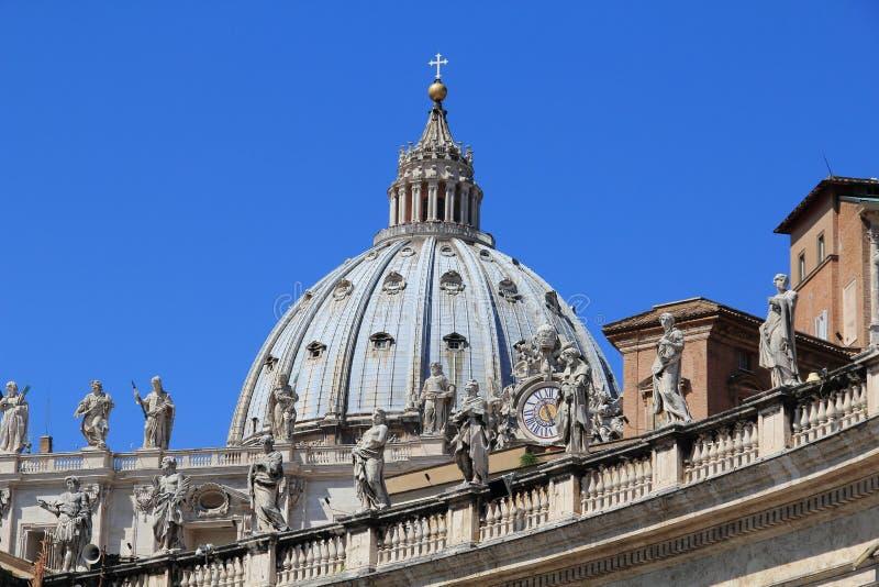 Взгляд на куполке собора St Peter стоковая фотография