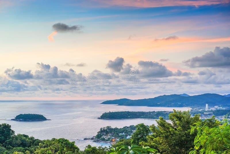Взгляд на море и пляжах на заходе солнца, Таиланде, Пхукете стоковая фотография