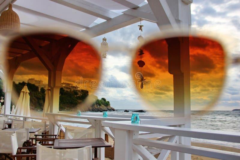 Взгляд на море через солнечные очки стоковые фото