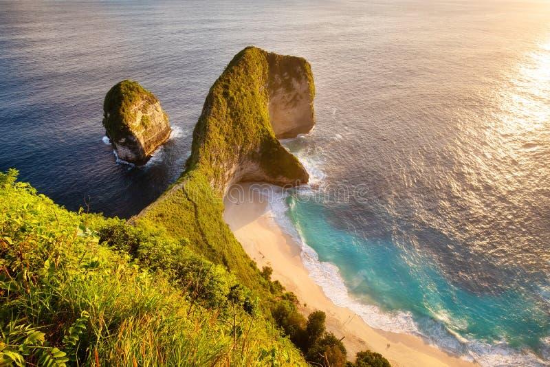 Взгляд на накидке во время захода солнца Seascape во время захода солнца Пляж и океан Пляж Kelingking, Nusa Penida, Бали, Индонез стоковое фото rf