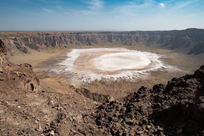 Взгляд на небольшом озере соли в кратере al-Wahbah в провинции Makkah, Саудовской Аравии стоковое фото rf